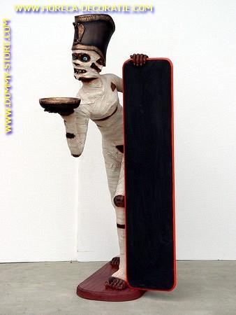 Mummie met krijtbord, hoogte: 1,65 meter