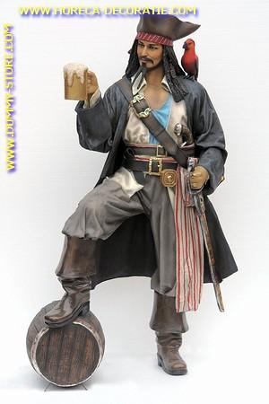 Piraat Jack Sparrow met bier, hoogte: 1,83 meter