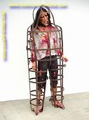 Mann im Folterkäfig, Höhe: 2,00 Meter